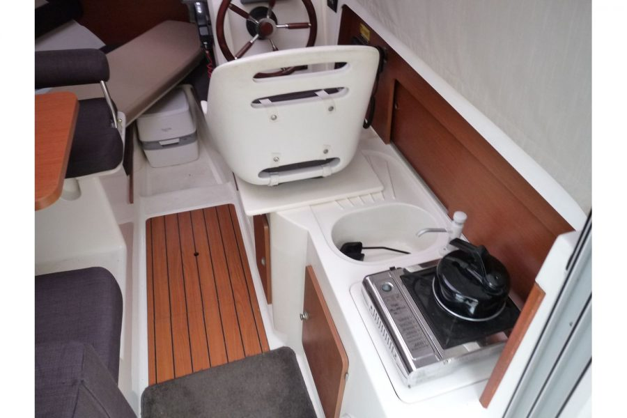 Jeanneau Merry Fisher 645 - wheelhouse with galley