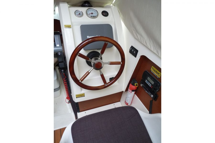 Jeanneau Merry Fisher 645 - helm position