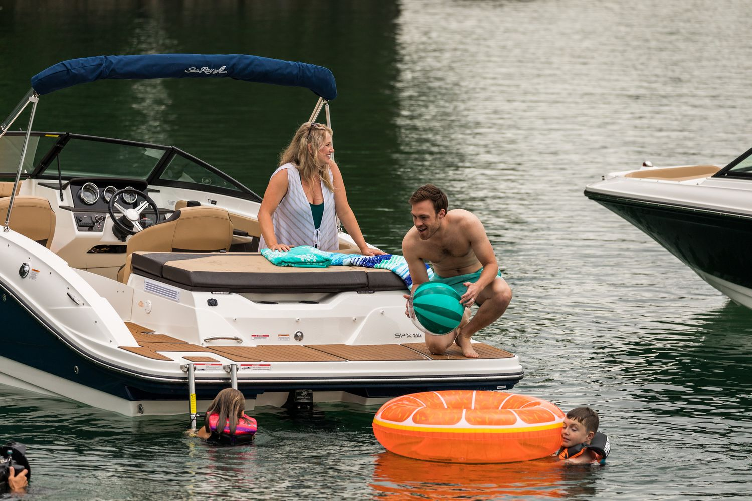 Sea Ray SPX 210 - great for water toys