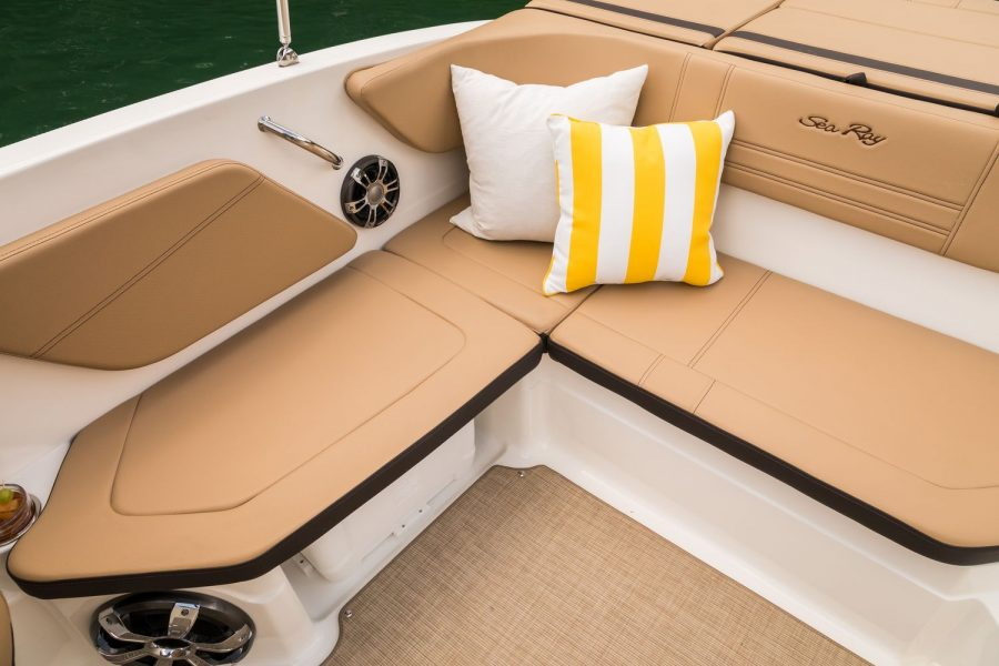 Sea Ray SPX 210 - starboard L shape seating