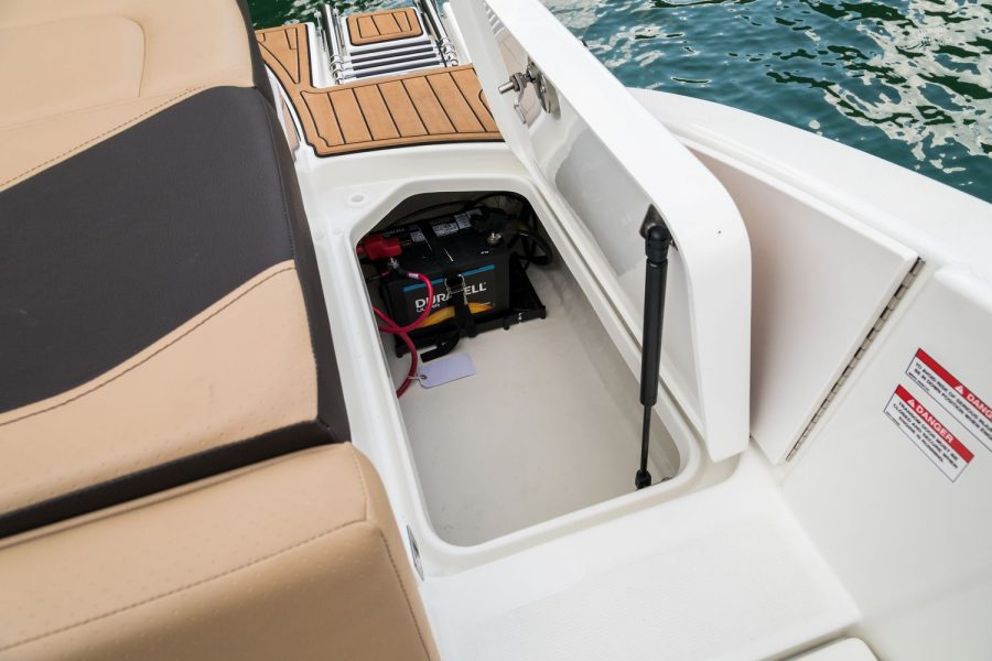 Sea Ray SPX 210 - transom locker