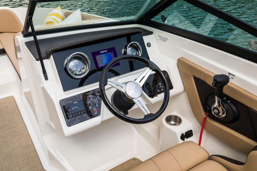 Sea Ray SPX 210 - helm position