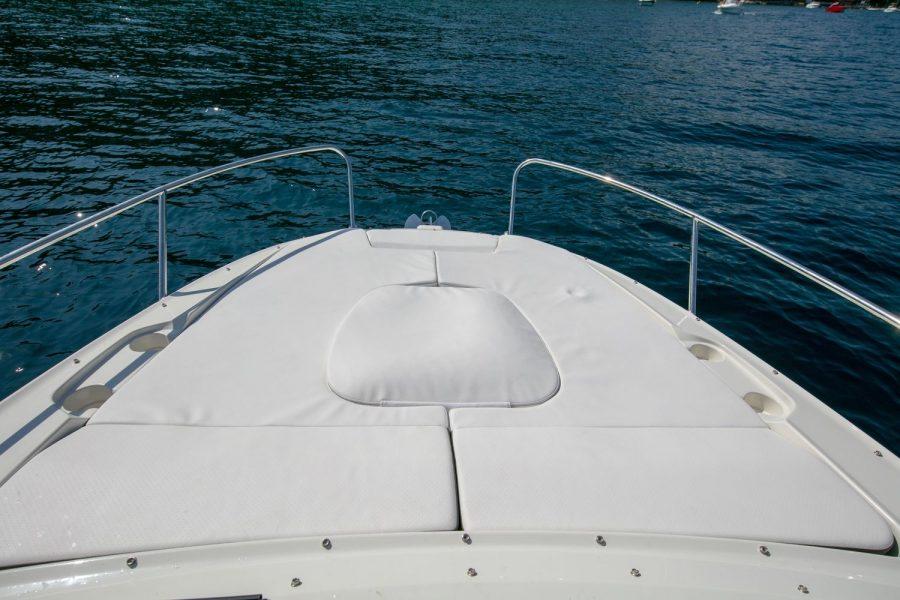 Sea Ray Sun Sport 230 - cushioned bow