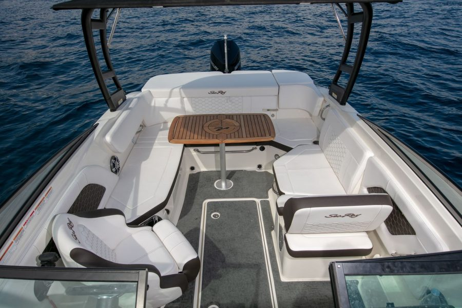 Sea Ray Sun Sport 230 - cockpit from bow