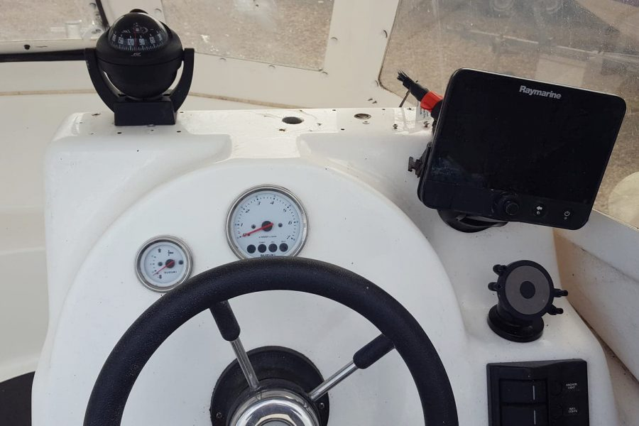 Warrior 175 fishing boat - helm position