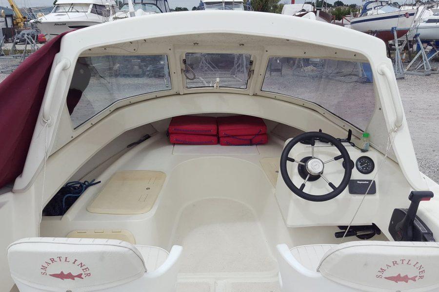 Smartliner 19 fishing boat - pilot house seating