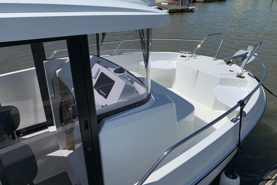 Beneteau Barracuda 7 - wheelhouse and bow