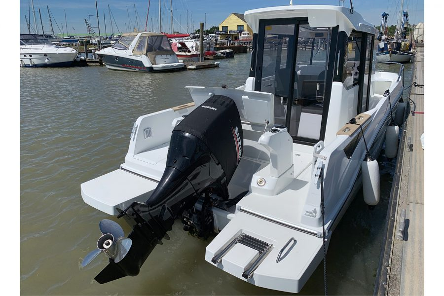 Beneteau Barracuda 7 - Suzuki outboard and swim platforms