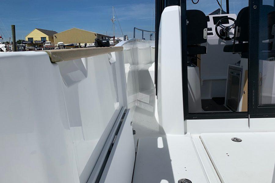 Beneteau Barracuda 7 - side deck on port