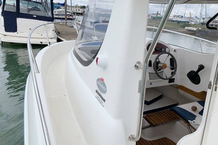 Quicksilver 640 - walk around side decks