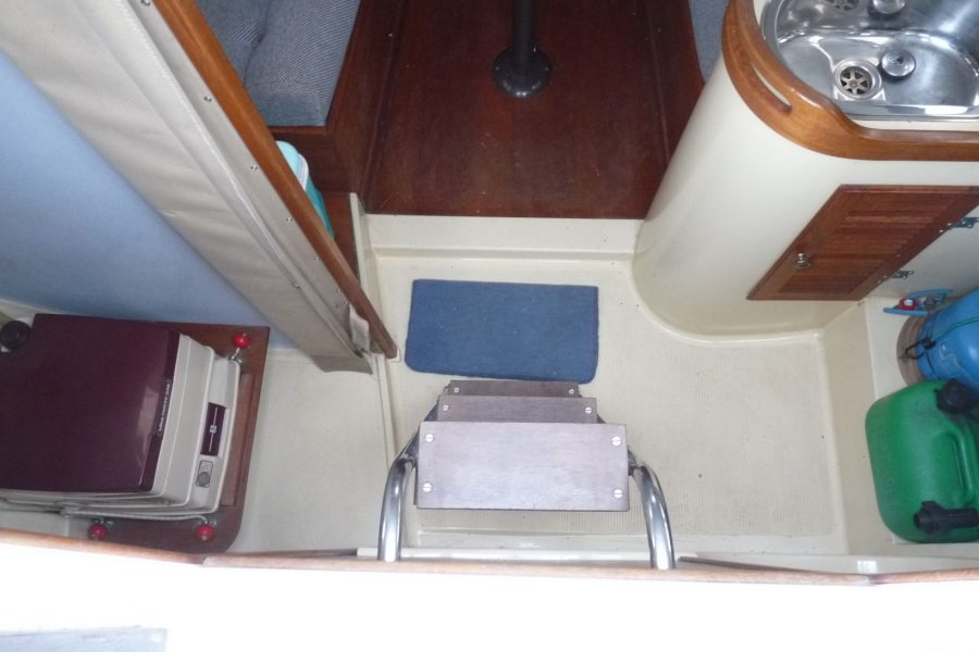 Hunter Horizon 23 Bilge Keel - steps to wheelhouse