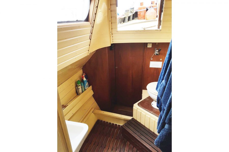 Tjalk 17m Dutch Motor Sailing Barge - heads compartment