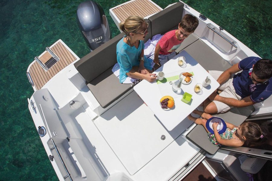 Jeanneau Merry Fisher 795 - cockpit table and seating