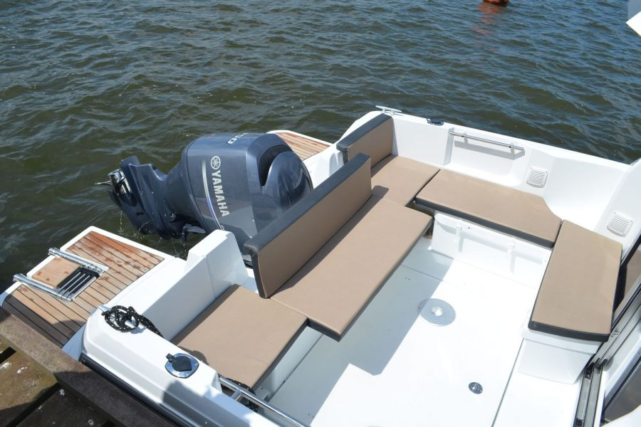 Jeanneau Merry Fisher 795 - aft bench seat