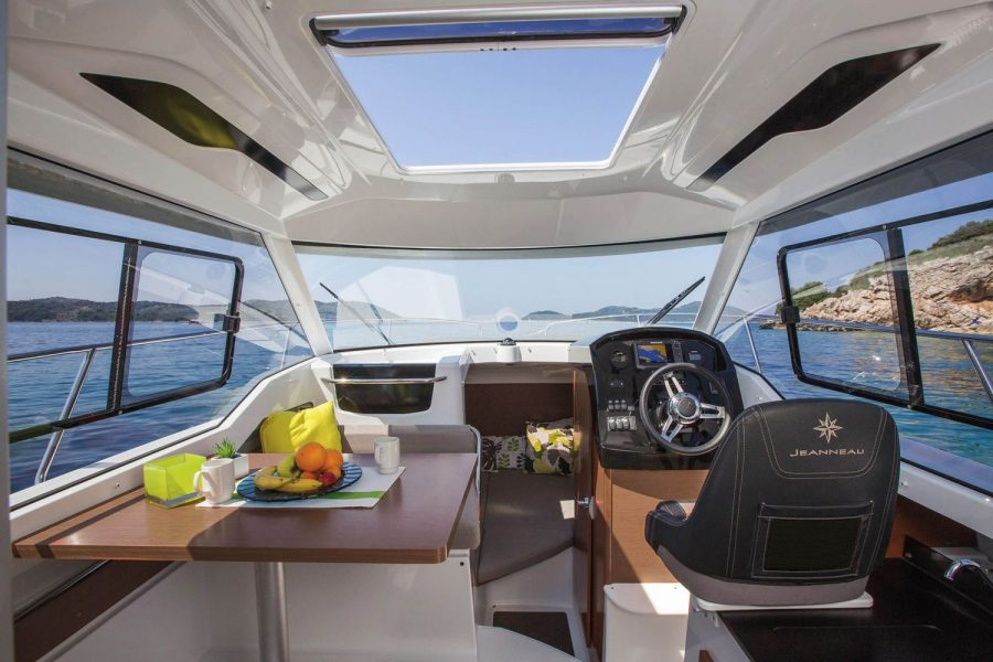 Jeanneau Merry Fisher 795 - wheelhouse with opening roof hatch