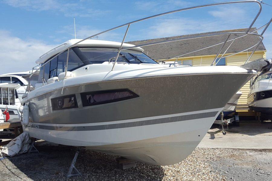 Jeanneau NC 9 - starboard side