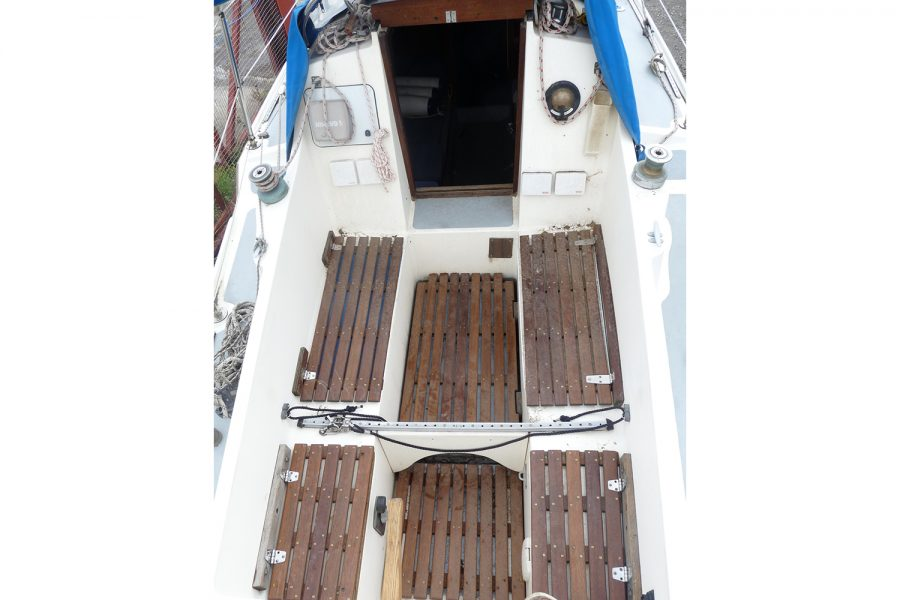 Folkdancer 27 sailing yacht - cockpit and deck