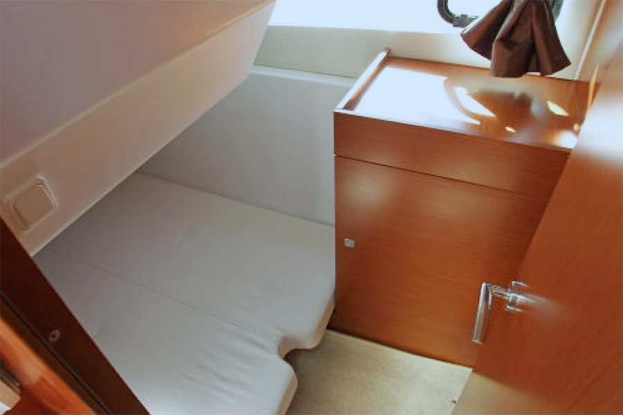 Jeanneau NC 9 - single berth