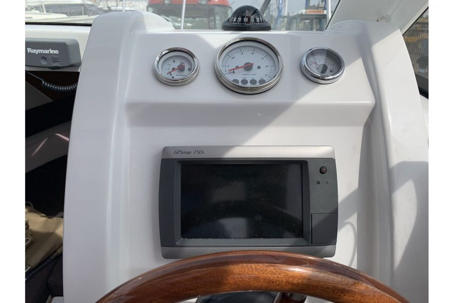 Jeanneau Merry Fisher 645 - Firefly - helm position with Garmin GPSmap
