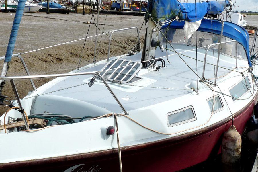 Halmatic 8.80 bilge keel yacht - bow