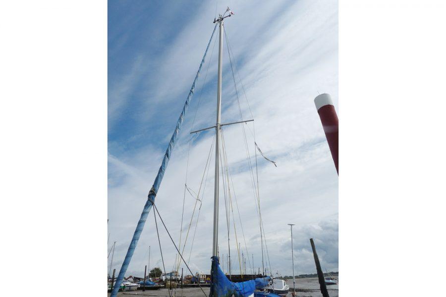Halmatic 8.80 bilge keel yacht - mast