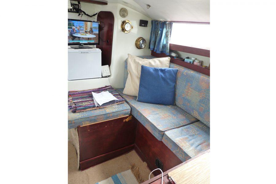 Halmatic 8.80 bilge keel yacht - saloon