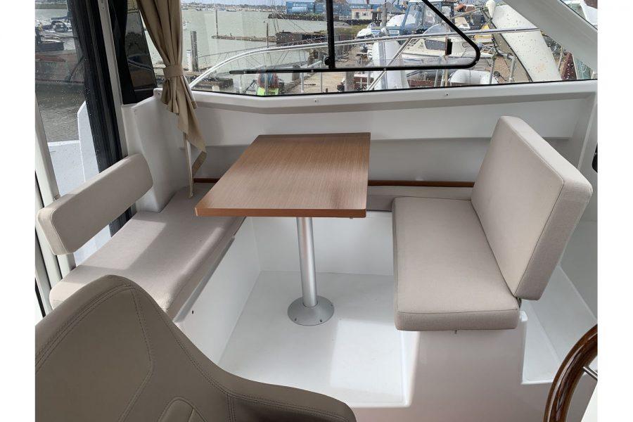 Jeanneau Merry Fisher 755 - fishing boat - port side wheelhouse table