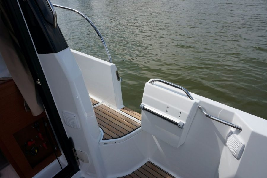Jeanneau Merry Fisher 895 Legend Offshore - side gate
