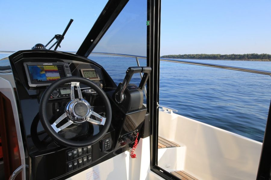 Jeanneau Merry Fisher 895 Legend Offshore - helm position