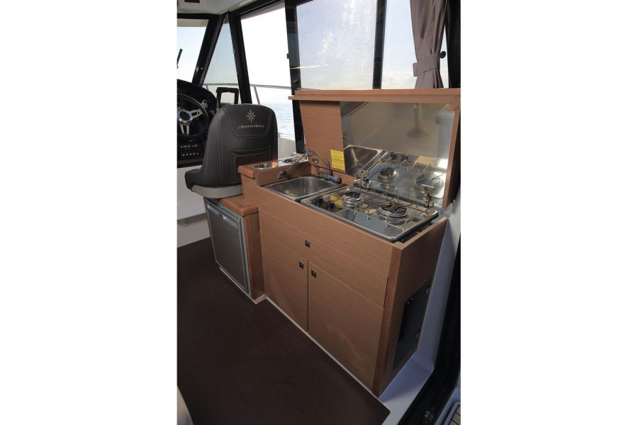 Jeanneau Merry Fisher 895 Legend Offshore - wheelhouse starboard side galley