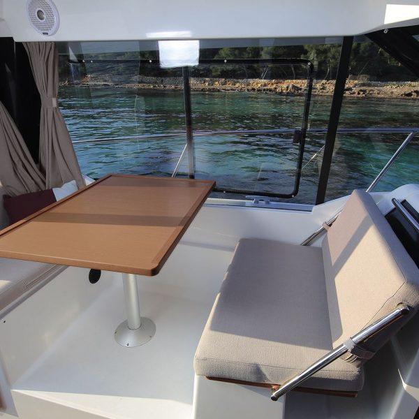 Jeanneau Merry Fisher 895 Legend Offshore - wheelhouse port side table