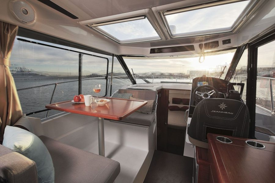 Jeanneau Merry Fisher 895 - wheelhouse to cabin