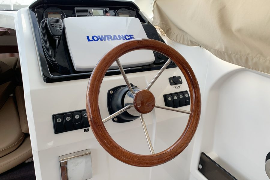 Jeanneau Merry Fisher 755 - helm position