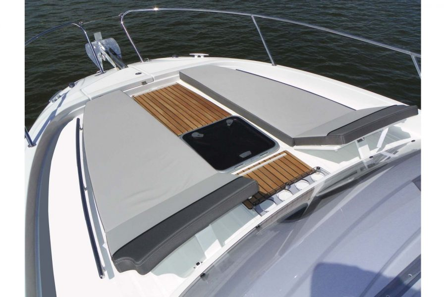 Jeanneau Cap Camarat 9.0 WA - front sundeck with lifting backrests