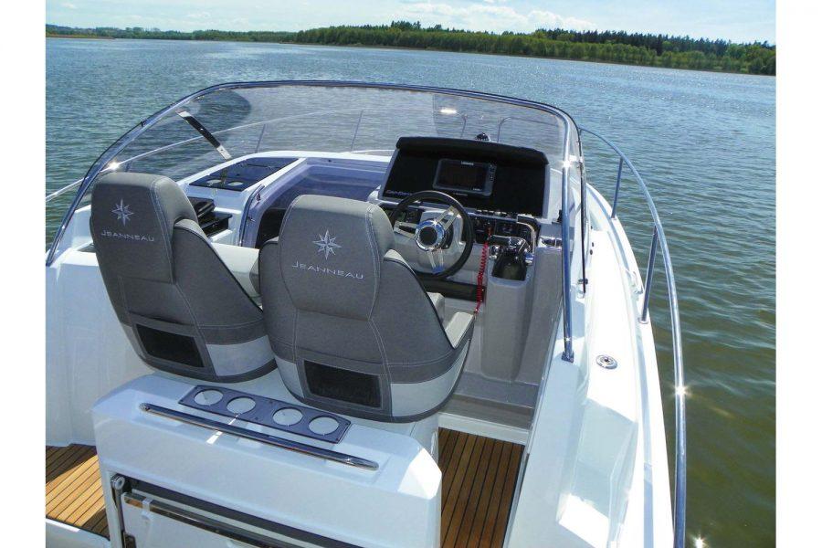 Jeanneau Cap Camarat 9.0 WA - helm and co-pilot seats