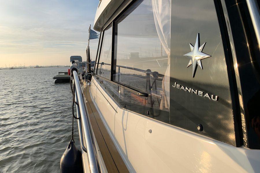 Jeanneau Merry Fisher 855 - synthetic teak side decks