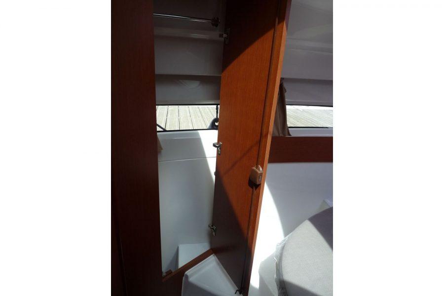 Jeanneau Merry Fisher 855 - cabin door