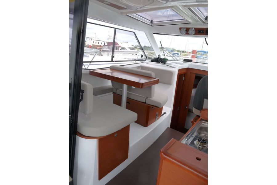 Jeanneau Merry Fisher 855 - wheelhouse interior
