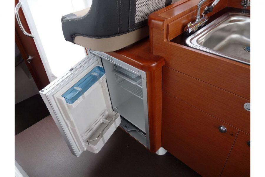 Jeanneau Merry Fisher 855 - cockpit fridge