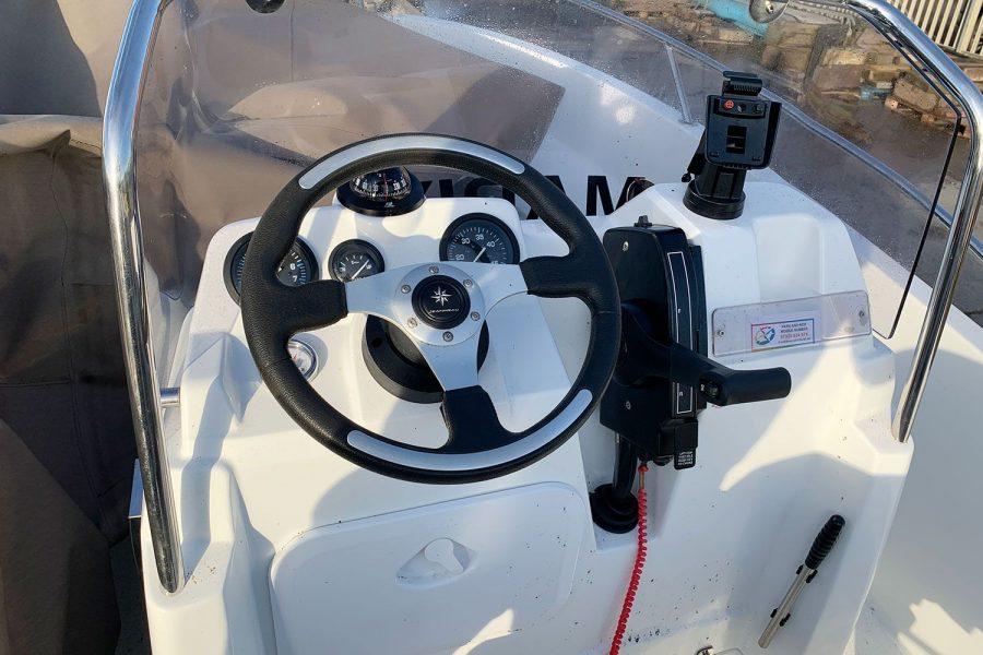 Jeanneau Cap Camarat 4.7 CC - helm position at console