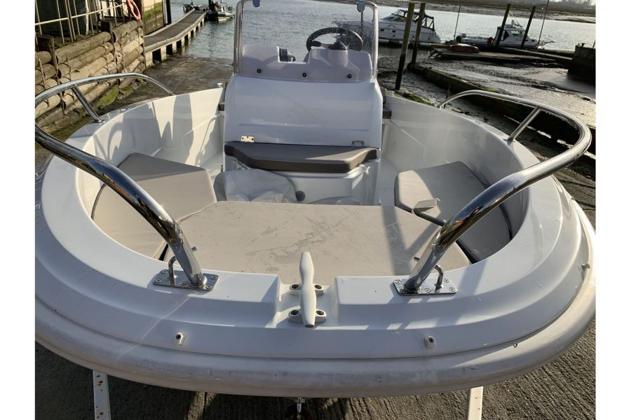 Jeanneau Cap Camarat 4.7 CC - bow seating and console