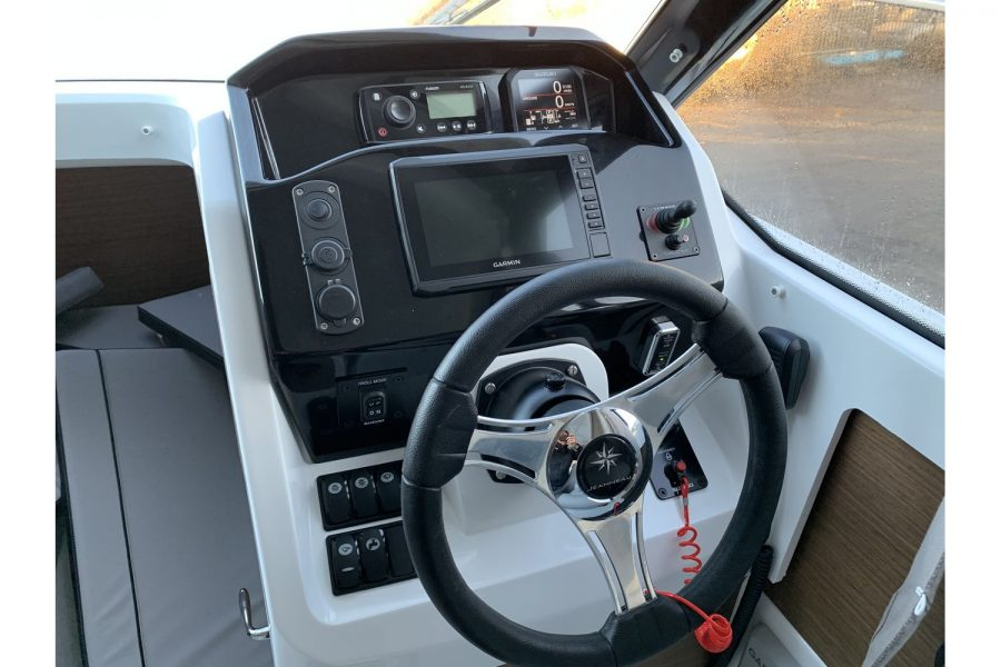 Jeanneau Merry Fisher 695 - engine controls and dash