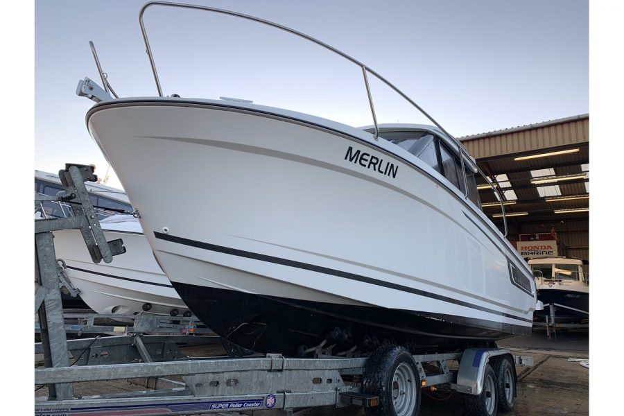Jeanneau Merry Fisher 695 - bow and port side