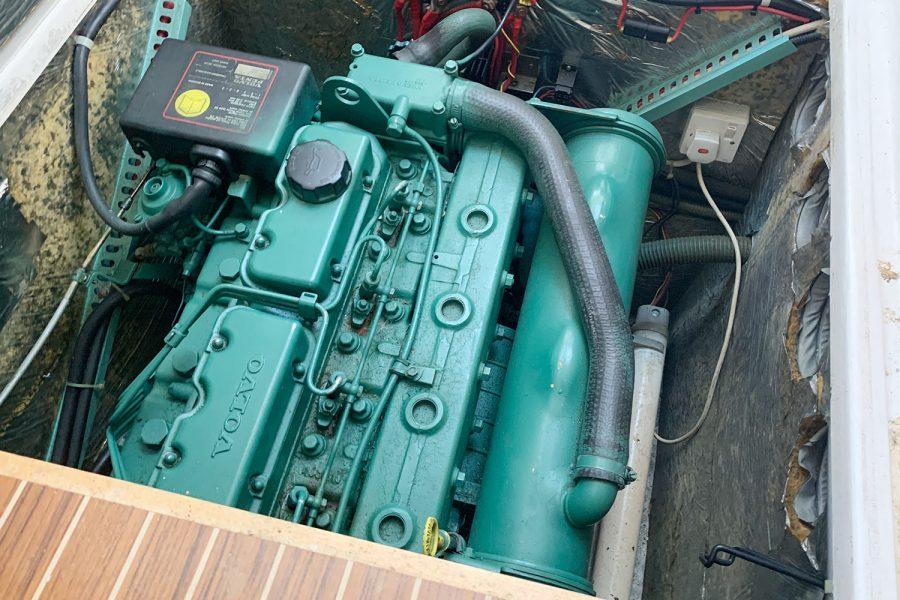 Nimbus 30c boat - Volvo 200hp inboard engine