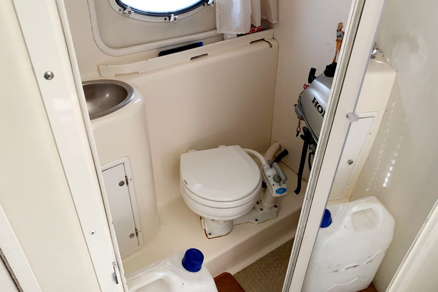 Rinker Fiesta Vee 270 - toilet compartment