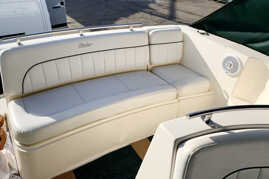 Rinker Fiesta Vee 270 - aft bench seating