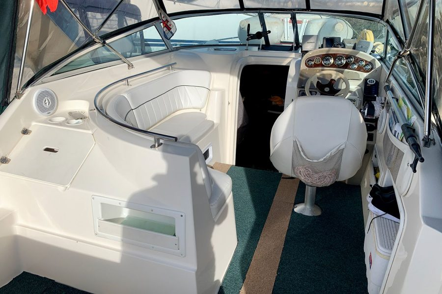 Rinker Fiesta Vee 270 - cockpit seating