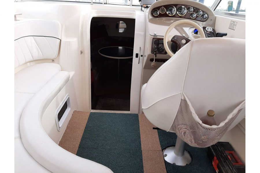 Rinker Fiesta Vee 270 - entrance to cabin