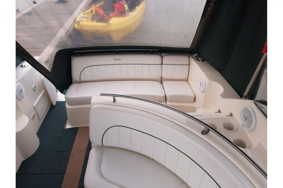 Rinker Fiesta Vee 270 - port side and aft seating