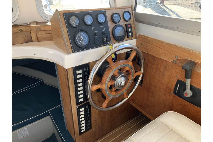 Hardy Fisherman 24 Extended Wheelhouse - helm position